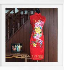 红色绣花烫钻手工旗袍