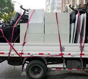 满载货物的搬家车辆