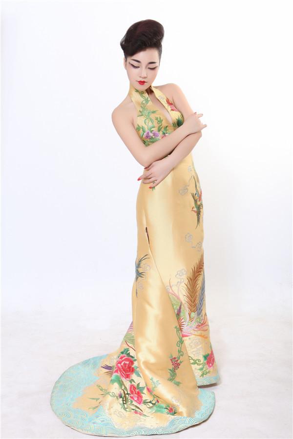 粉红色加金色花纹的短款旗袍吗?哇,很漂亮啊您在.