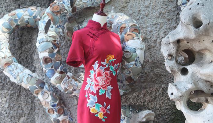 绣花蕾丝边旗袍